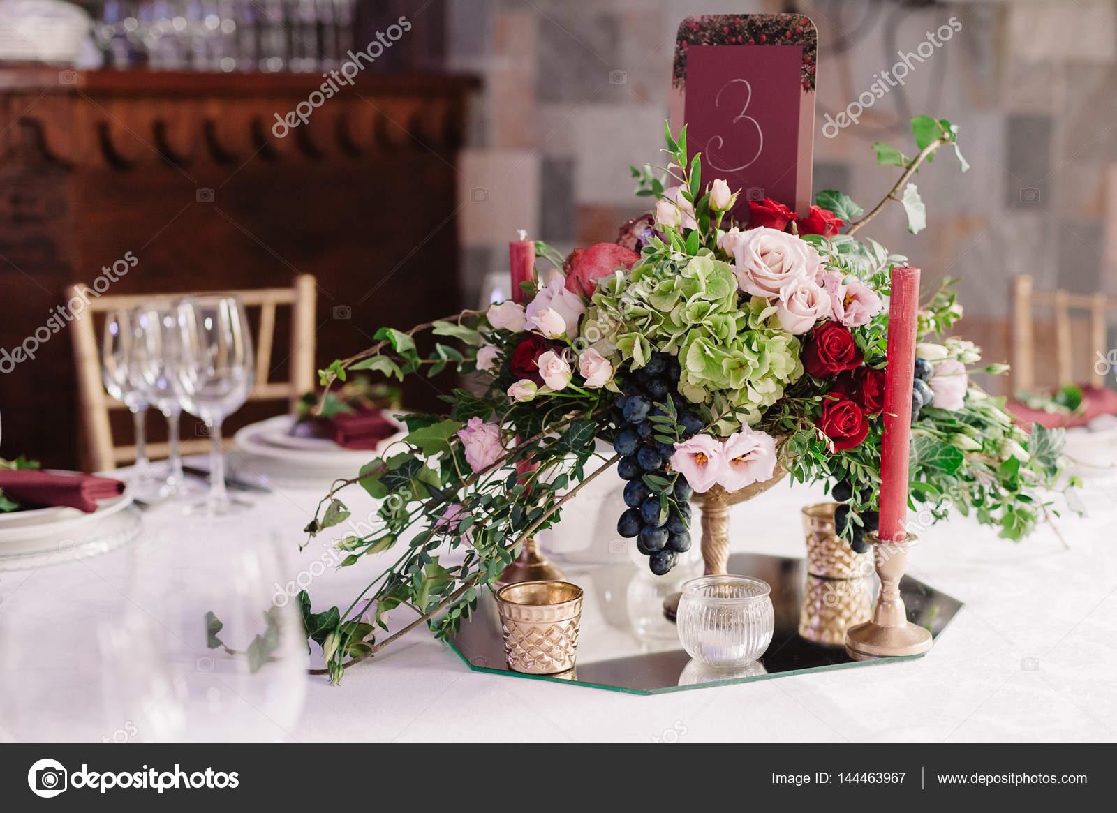 Hochzeit Tischdekoration Mit Roten Rosa Blumen Und Kerzen