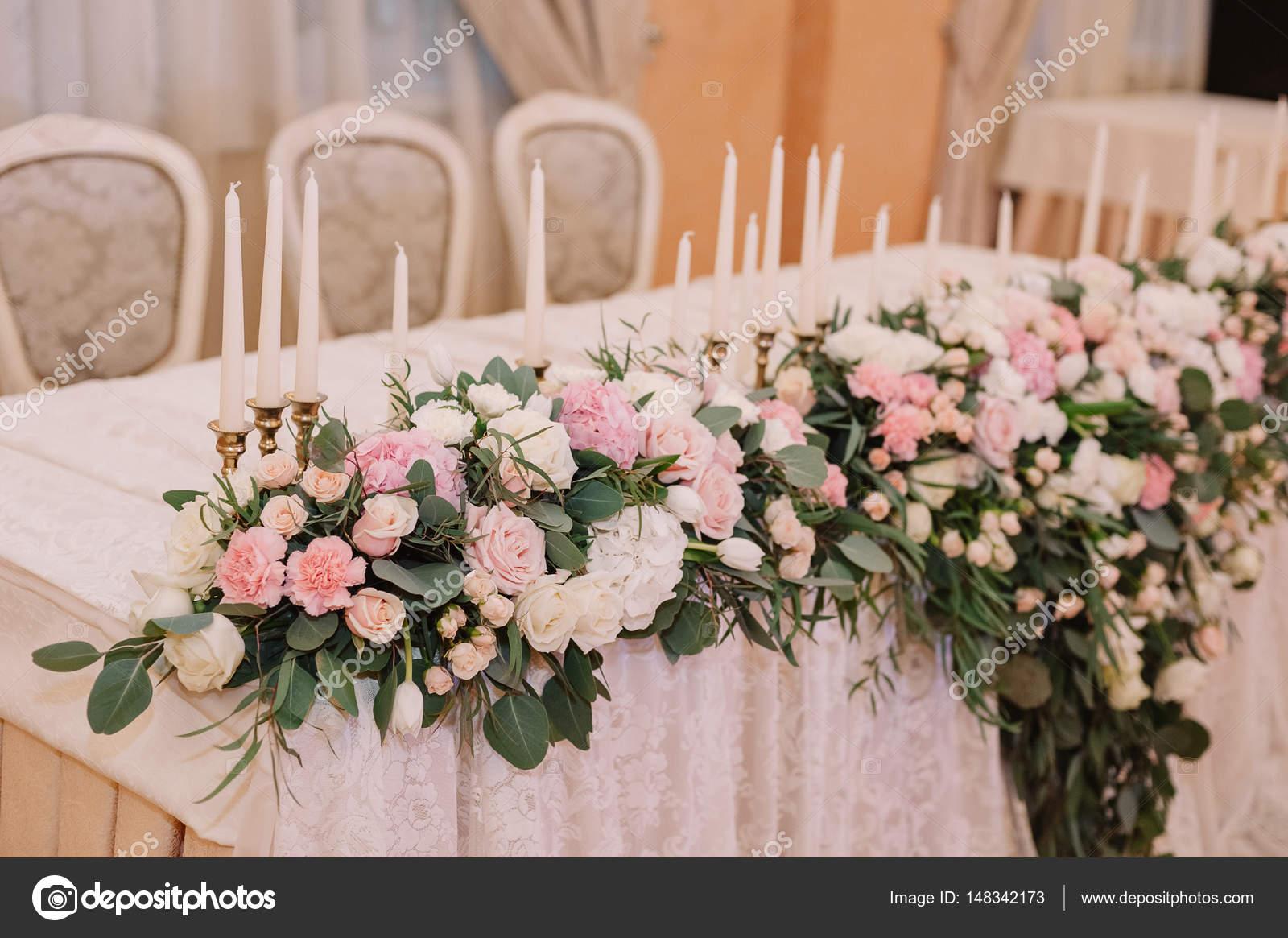 Tafeldecoratie bruiloft in de teder licht roze stijl met for Tafeldecoratie bruiloft