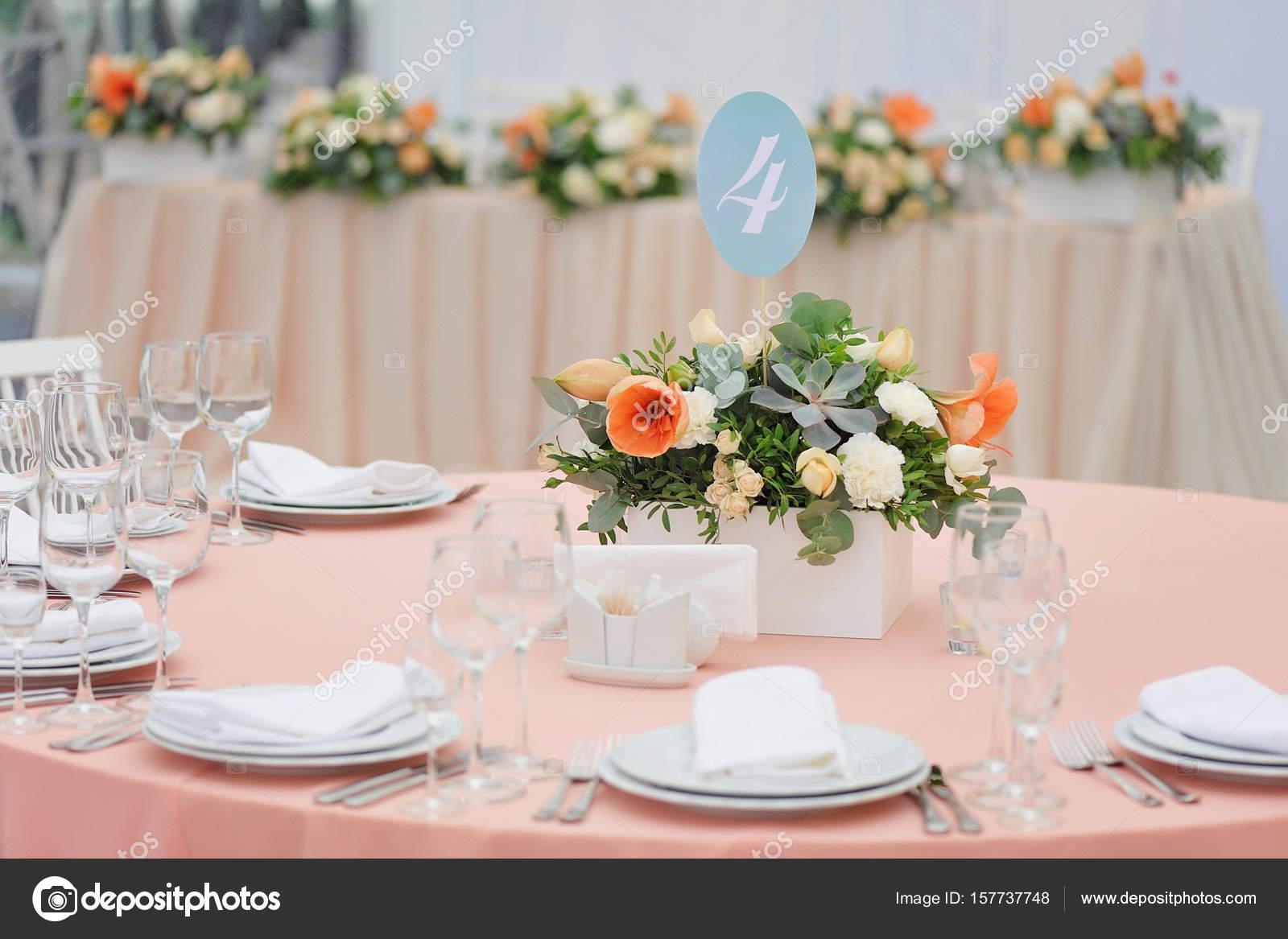 Decorazioni Matrimonio Arancione : Matrimonio ospite tavolo decorato con bouquet e impostazioni