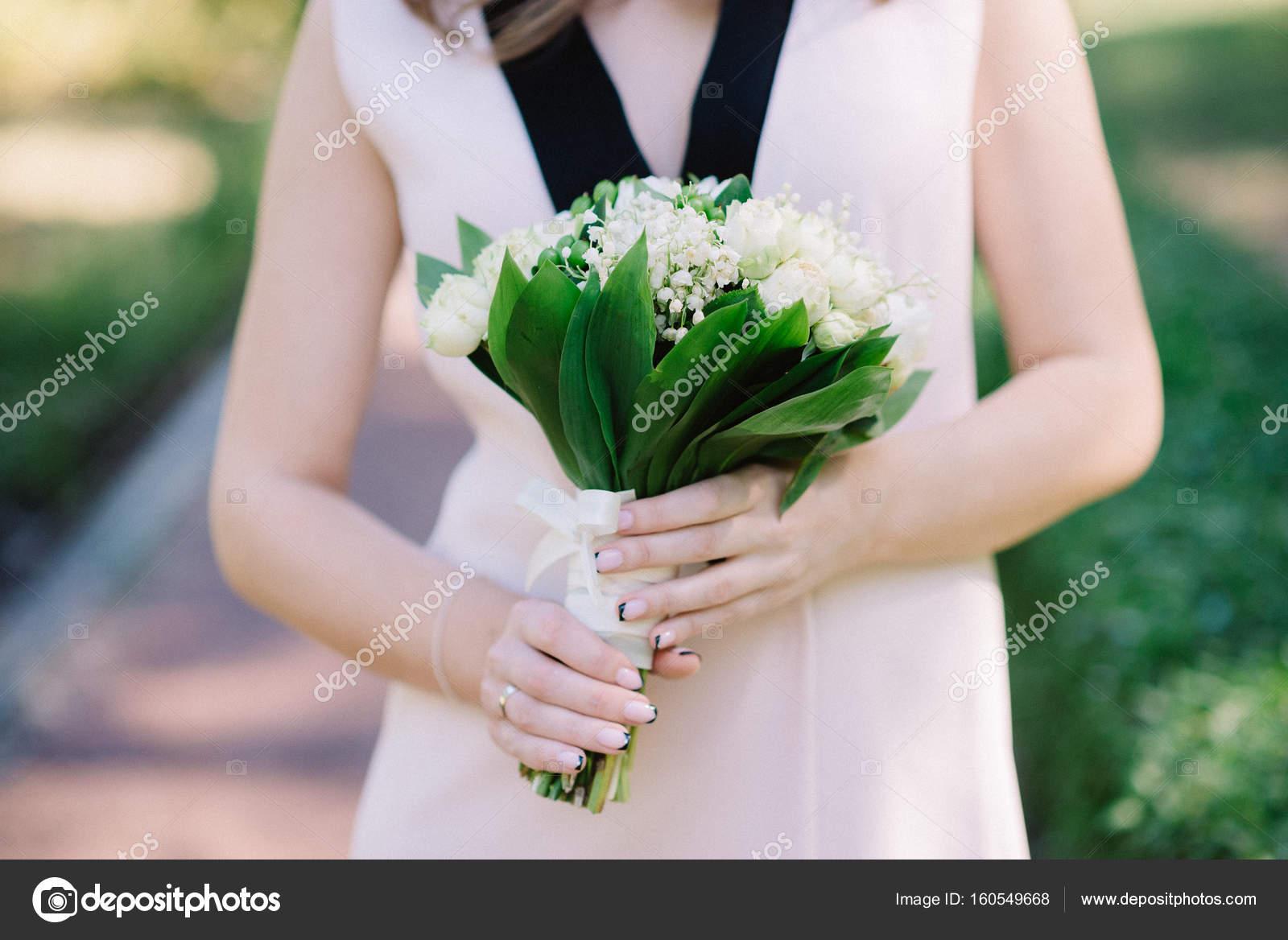 Schone Maiglockchen Brautstrauss In Handen Der Braut Stockfoto