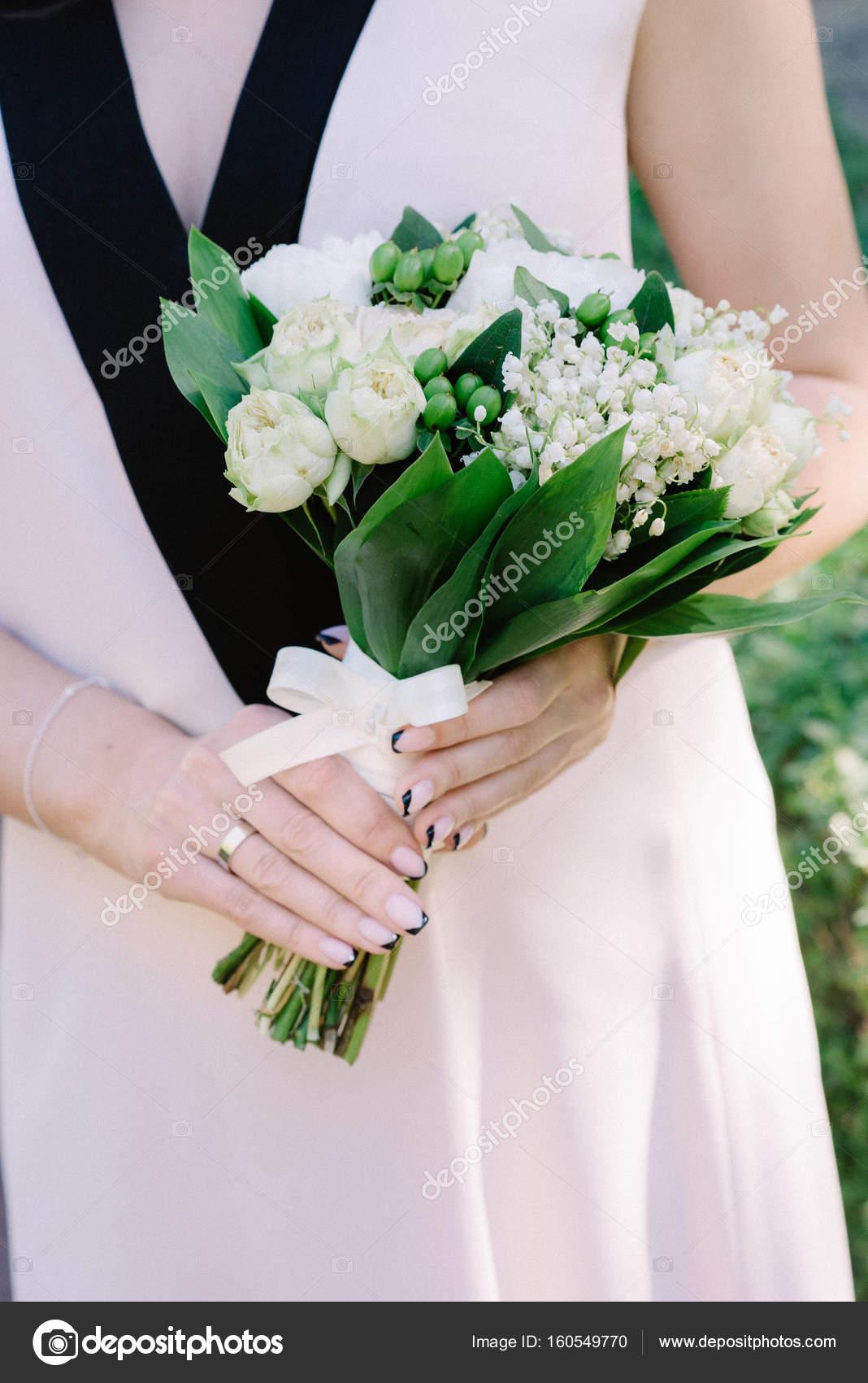 Charmante Maiglockchen Brautstrauss In Handen Der Braut Stockfoto