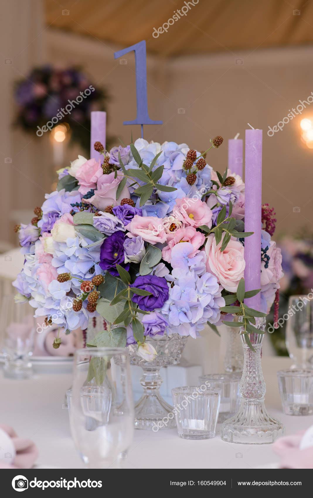 Hochzeit Tischdekoration Mit Violett Blau Rosa Blumen Und Grun