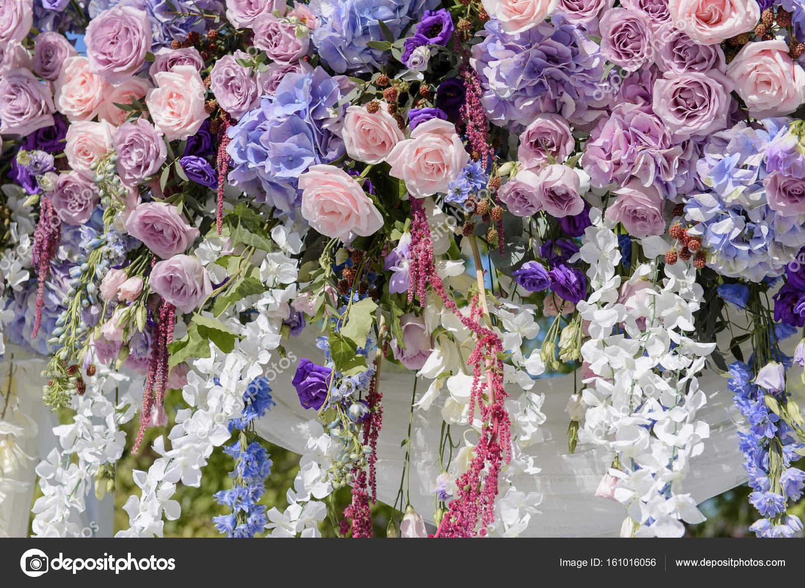 Blumendekoration Mit Violett Blau Rosa Und Weissen Blumen Fur Die