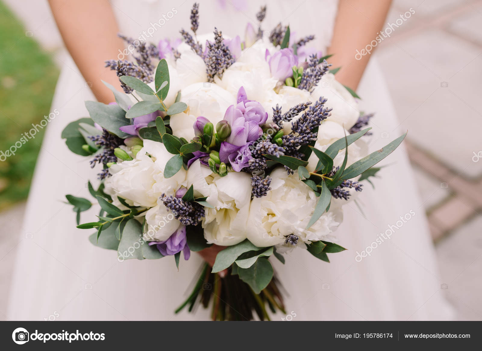 Bouquet Sposa Lavanda.Wedding Dress Wedding Rings Wedding Bouquet Stock Photo