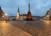 Radnici a sloup Nejsvětější Trojice v Olomouci po západu slunce.