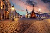 Radnici a sloup Nejsvětější Trojice v Olomouci při západu slunce.