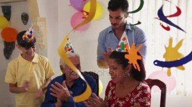 Oslava narozenin pro šťastného starce v pečovatelských služeb