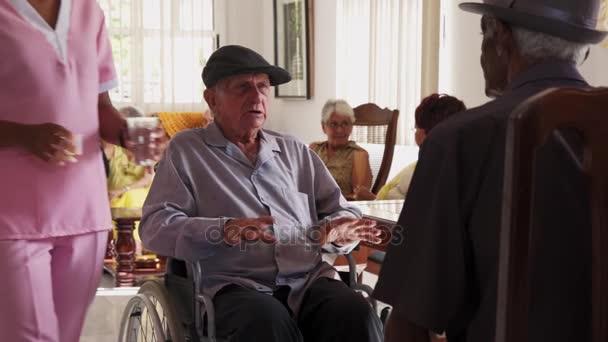 Starších osob zdravotně postižených osob na vozíku v nemocnici pro seniory