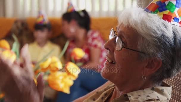 Lidé si narozeninovou oslavu s přáteli v geriatrické nemocnici
