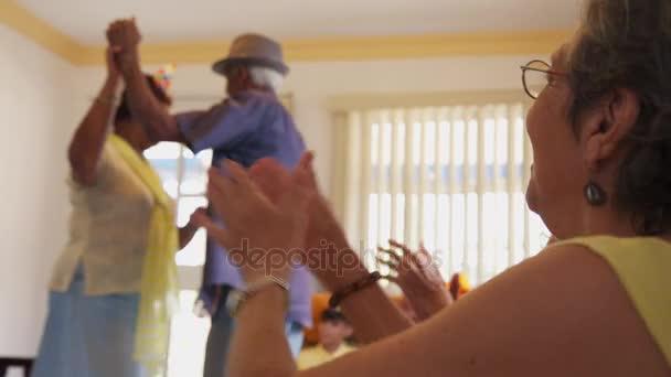 Přátel s zábavné a tančící na narozeninovou oslavu v hospicové