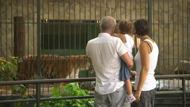 Fotografování snímku šťastné rodiny v Zoo s Smartphone babička