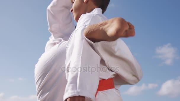 Kluci bojovat na Karate školy děti procvičit bojový Sport