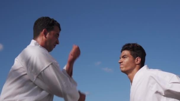 Fiatal sportolók elleni küzdelem, a Karate és a szélsőséges küzdősport