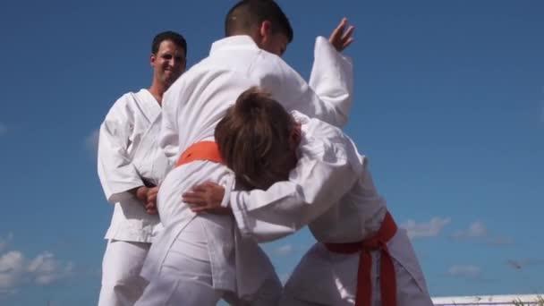 Дітей бойових дій в школу карате і вчитель 49f6a3894064c