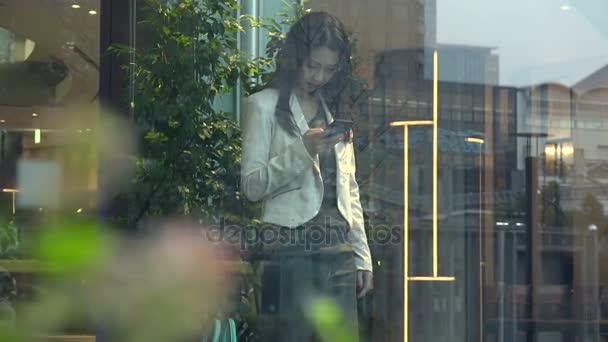 Obchodní žena asijské podnikatelka s Smartphone v kancelářská budova