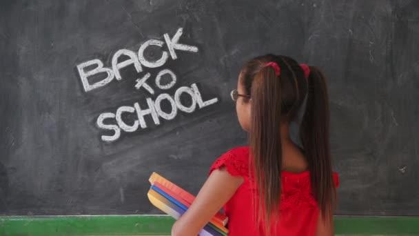 Vzdělávací školy a šťastná dívka s úsměvem drží knihy ve třídě