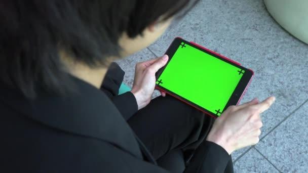 Tablet Ipad Green Screen Monitor asijské podnikatelka obchodní žena pracovní