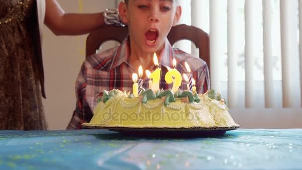 Oslava narozenin s Happy Latino Boy foukání svíčky na dort