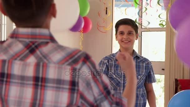 Veselá hispánské chlapce hrát s balónem a bavit