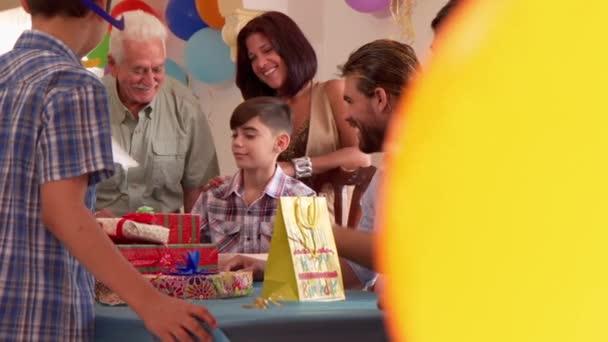 Rodinná oslava narozenin dítěte s Happy Friends a tleskali