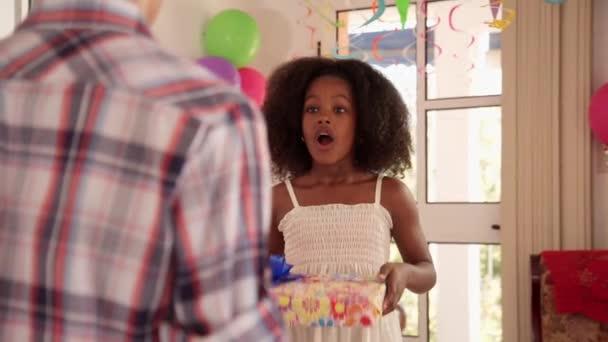 Dívka dává narozeninový dárek pro chlapce a políbila ho