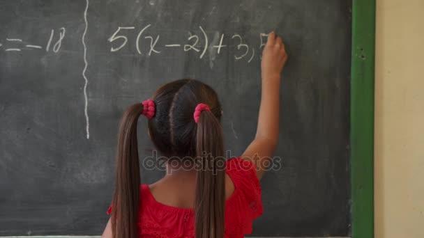Děti a vzdělání ženské dítě se ve škole