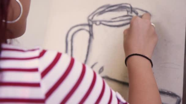 Női kézi rajz fiatal nő ábrázolása a művész képzés részlete