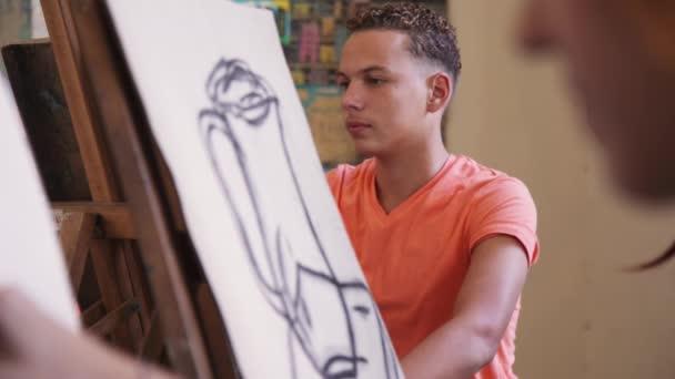 Mladý umělec výkres v College mladý muž malířství ve škole
