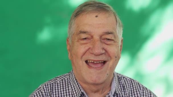 12 bílé lidi portrét šťastný starší muž se usmívá na kameru