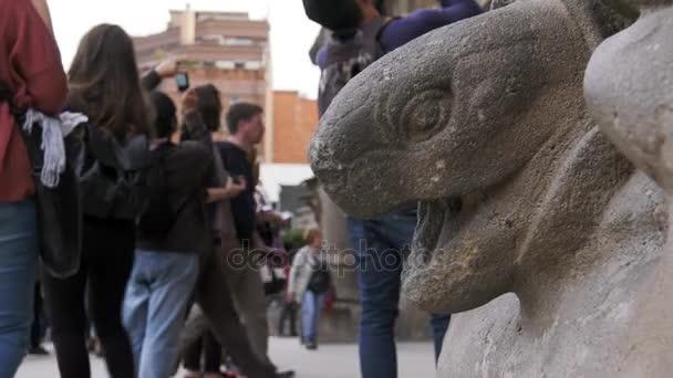 Socha želvy u vstupních dveří Sagrada Familia Barcelona