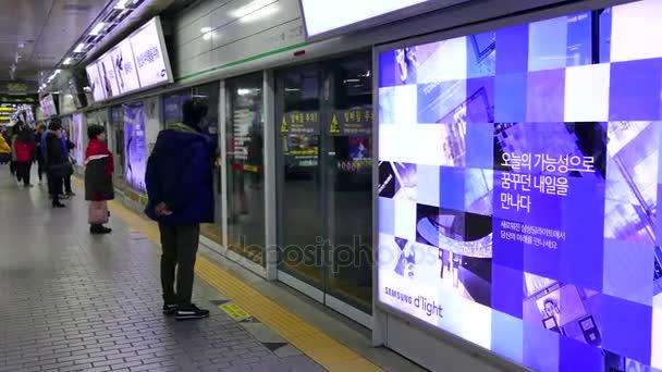 depositphotos 145023255 stock video subway train and people in - Южная Корея - обычная жизнь обычных людей