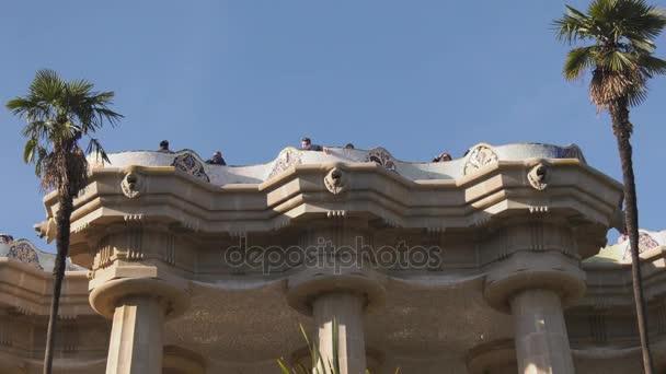 Budova a socha v Parc Guell Barcelona Španělsko