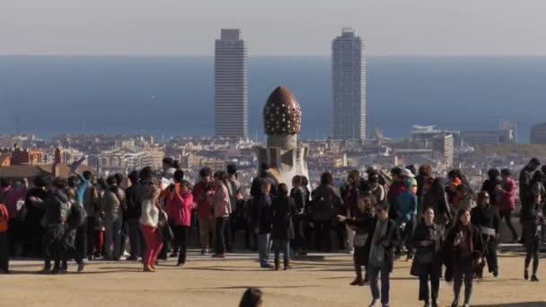 Lidé navštěvující Barcelona Parc Guell široký záběr