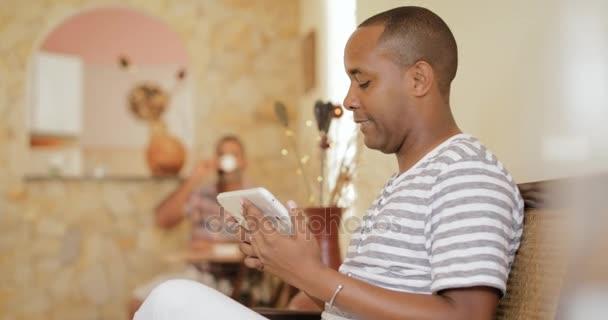 Le persone omosessuali coppia Gay uomini con Tablet a casa