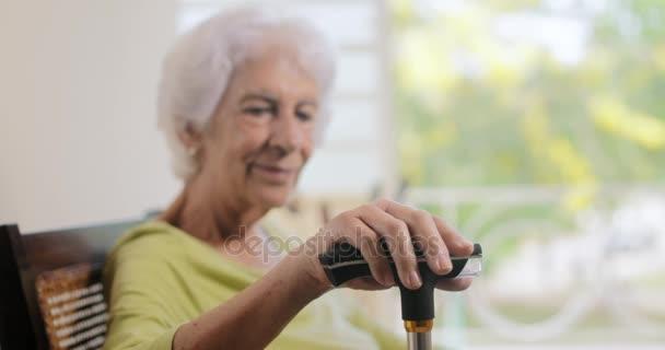 Starší žena stará dáma relaxační houpací židli doma