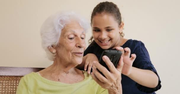 Vnučka výuky babička jak používat mobilní telefon Smartphone telefonu