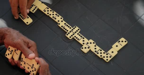 31 přátel Senior staříci hrající Domino pro volný čas