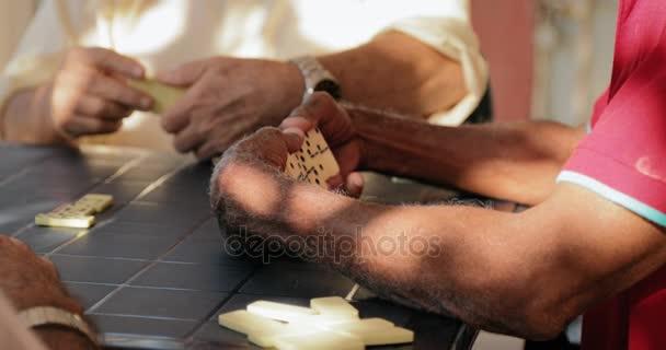 35 šťastný důchodce starší muž hraje Domino s přáteli