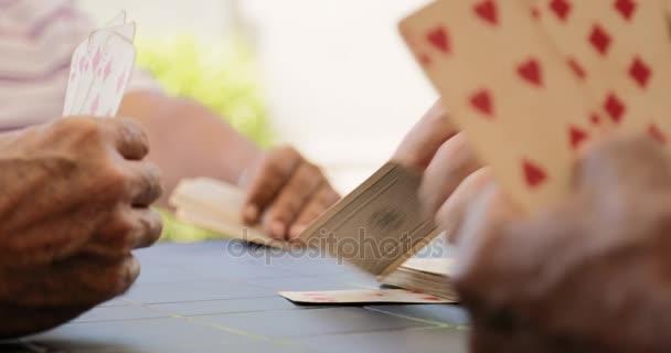 5 Skupina Happy seniory hrací karty a směje se