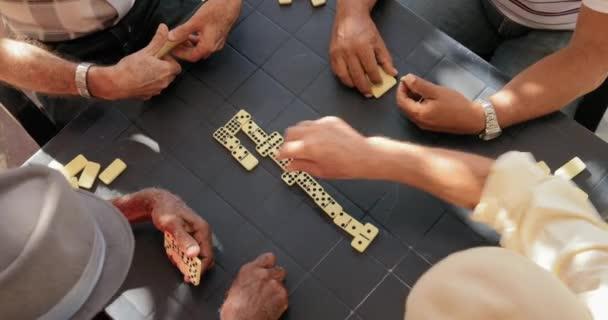 29 anziani uomini anziani che giocano Domino per divertimento