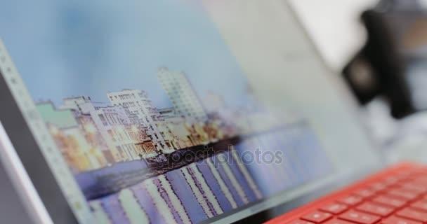 Fotograf pomocí počítačového softwaru pro úpravu fotografie v úřadu