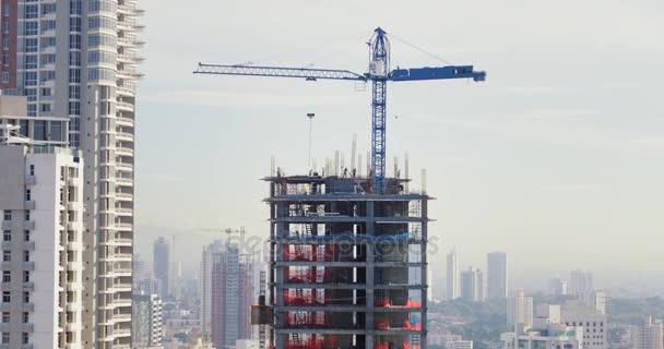 Staveniště s jeřábem, nová budova mrakodrap pracovníků týmu