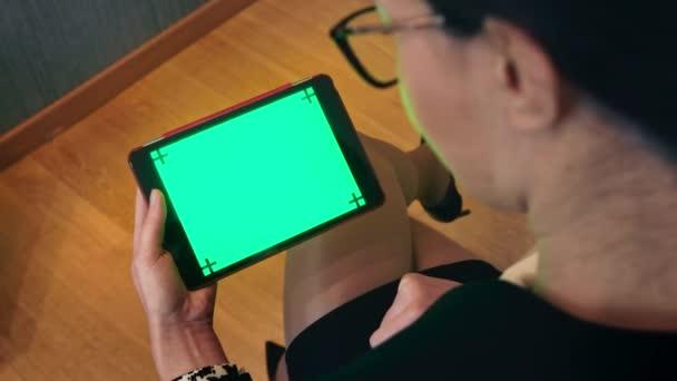 Tablet Ipad Green Screen Monitor mladá podnikatelka obchodní žena pracovní