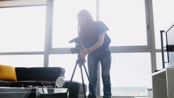 Dívka nahrávání Vlog Video Blog doma s digitálním fotoaparátem