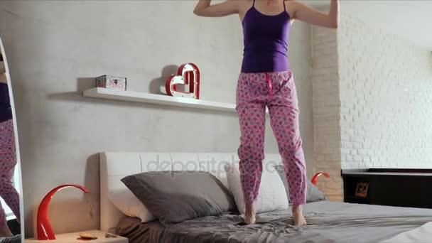 Dobrou zprávou pro šťastná mladá žena dívka skákání na posteli