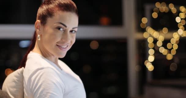 Porträt Hispanic Frau gerade Tv-Programm in der Nacht