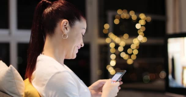 Hispanic Frau sendet Text Nachricht Chats auf Handy