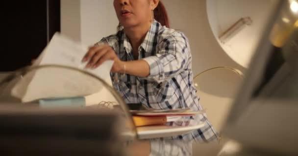 Staré hispánské ženy podání formuláře pro daň vrátit doma