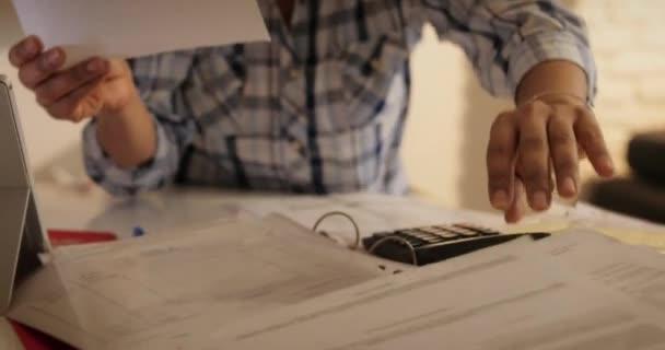 Starší žena se bál bankovní daně domov a rodinný rozpočet