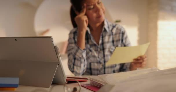 Rozzlobený starší žena, placení účtů a evidence federální daňové přiznání